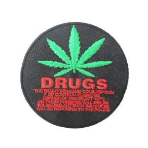 Écusson Noir Rond avec Feuille de Cannabis Prohibition
