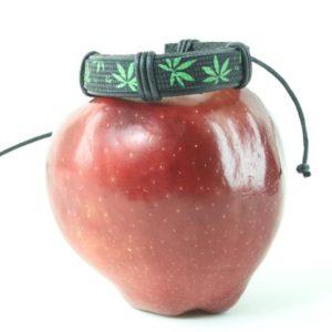 Bracelet Noir Réglable Cuir Imprimé Feuille de Cannabis Verte